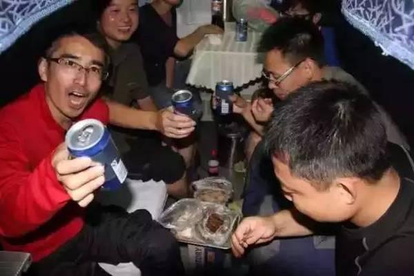 而丈夫小波不是对着电脑,就是和哥们出门喝酒打牌